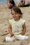 Junges Mädchen auf dem Strand Stockfotos