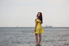 Junges Mädchen auf dem Strand Stockbild