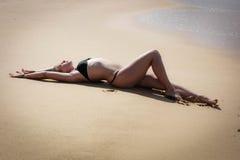 Junges Mädchen auf dem Strand, der Morgen excercises tut Lizenzfreies Stockbild