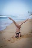 Junges Mädchen auf dem Strand, der Morgen excercises tut Stockfotografie