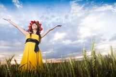 Junges Mädchen auf dem Weizengebiet Lizenzfreie Stockfotografie