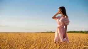 Junges Mädchen auf dem Weizengebiet lizenzfreie stockbilder