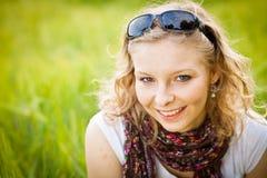 Junges Mädchen auf dem Weizengebiet Stockbilder