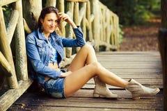 Junges Mädchen auf der Holzbrücke Lizenzfreie Stockfotografie
