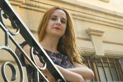 Junges Mädchen auf der Treppe Lizenzfreie Stockfotos