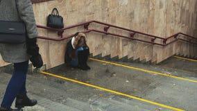 Junges Mädchen auf der Treppe in der U-Bahn drückte allein sitzen und das Schreien nieder Ein anderes Mädchen kommt, zu fragen si stock footage