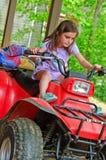 Junges Mädchen auf einem 4-Wheeler ATV Stockbilder