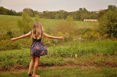 Junges Mädchen auf einem Bauernhof stockfotografie