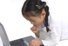 Junges Mädchen auf einem Laptop Stockfoto