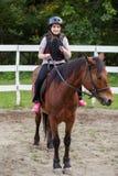 Junges Mädchen auf einem Pferd Stockbilder