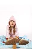 Junges Mädchen auf einer Decke Lizenzfreie Stockbilder