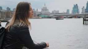 Junges Mädchen auf einer Reise nach London stock footage