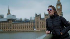 Junges Mädchen auf einer Reise nach London stock video