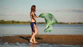 Junges Mädchen auf Flussbank stock video footage