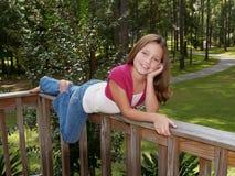 Junges Mädchen auf Geländer stockbilder