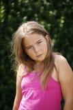 Junges Mädchen auf grünem Hintergrund Lizenzfreie Stockfotografie