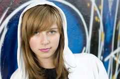 Junges Mädchen auf Graffitihintergrund Stockfotos