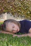 junges Mädchen auf Gras Stockfoto