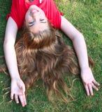 Junges Mädchen auf Gras Stockbild