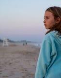 Junges Mädchen auf leerem Strand Stockfoto