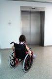 Junges Mädchen auf Rollstuhl Stockbild