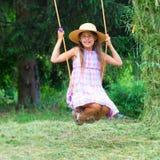Junges Mädchen auf Schwingen Stockbild