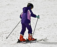 Junges Mädchen auf Skis Stockfotos