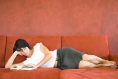 Junges Mädchen auf Sofa stockfoto