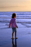 Junges Mädchen auf Strand lizenzfreie stockbilder