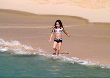 Junges Mädchen auf Strand Stockfoto