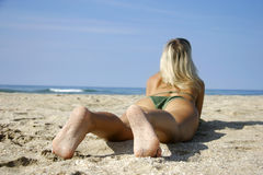 Junges Mädchen auf Strand Stockbilder