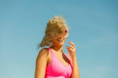 Junges Mädchen auf Strand Stockfotografie