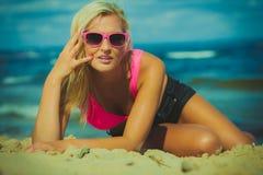 Junges Mädchen auf Strand Lizenzfreies Stockbild