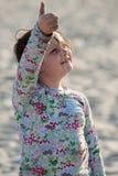 Junges Mädchen auf Strand mit dem Drachenlächeln Stockfoto