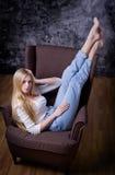 Junges Mädchen auf Stuhl Stockfotografie