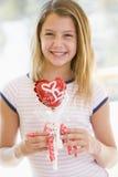 Junges Mädchen auf Valentinstagholding-Liebesballon stockfoto