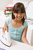 Junges Mädchen-Bügeln stockfotos