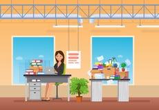 Junges Mädchen, Büroangestellter, Geschäftsfrau, arbeitend am Computer im Büro stock abbildung