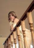 Junges Mädchen basiert auf geschnitztem hölzernem Geländer Stockbilder