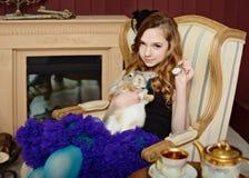 Junges Mädchen am Bild von Alice im Märchenland stockfotografie