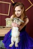 Junges Mädchen am Bild von Alice im Märchenland stockfotos