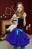 Junges Mädchen am Bild von Alice im Märchenland lizenzfreies stockfoto