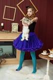 Junges Mädchen am Bild von Alice im Märchenland stockbild
