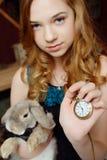 Junges Mädchen am Bild von Alice im Märchenland lizenzfreie stockfotos