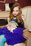 Junges Mädchen am Bild von Alice im Märchenland lizenzfreies stockbild