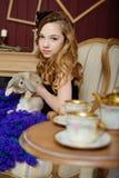 Junges Mädchen am Bild von Alice im Märchenland stockbilder
