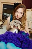 Junges Mädchen am Bild von Alice im Märchenland lizenzfreie stockfotografie