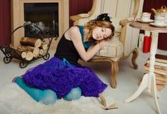 Junges Mädchen am Bild von Alice im Märchenland stockfoto