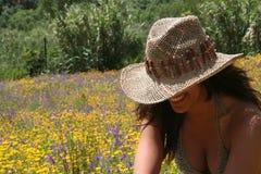 Junges Mädchen am Blumen-Feld Lizenzfreie Stockfotografie