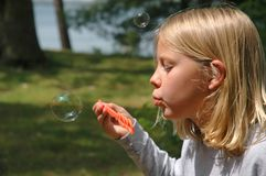 Junges Mädchen brennt Luftblase draußen durch lizenzfreie stockfotos